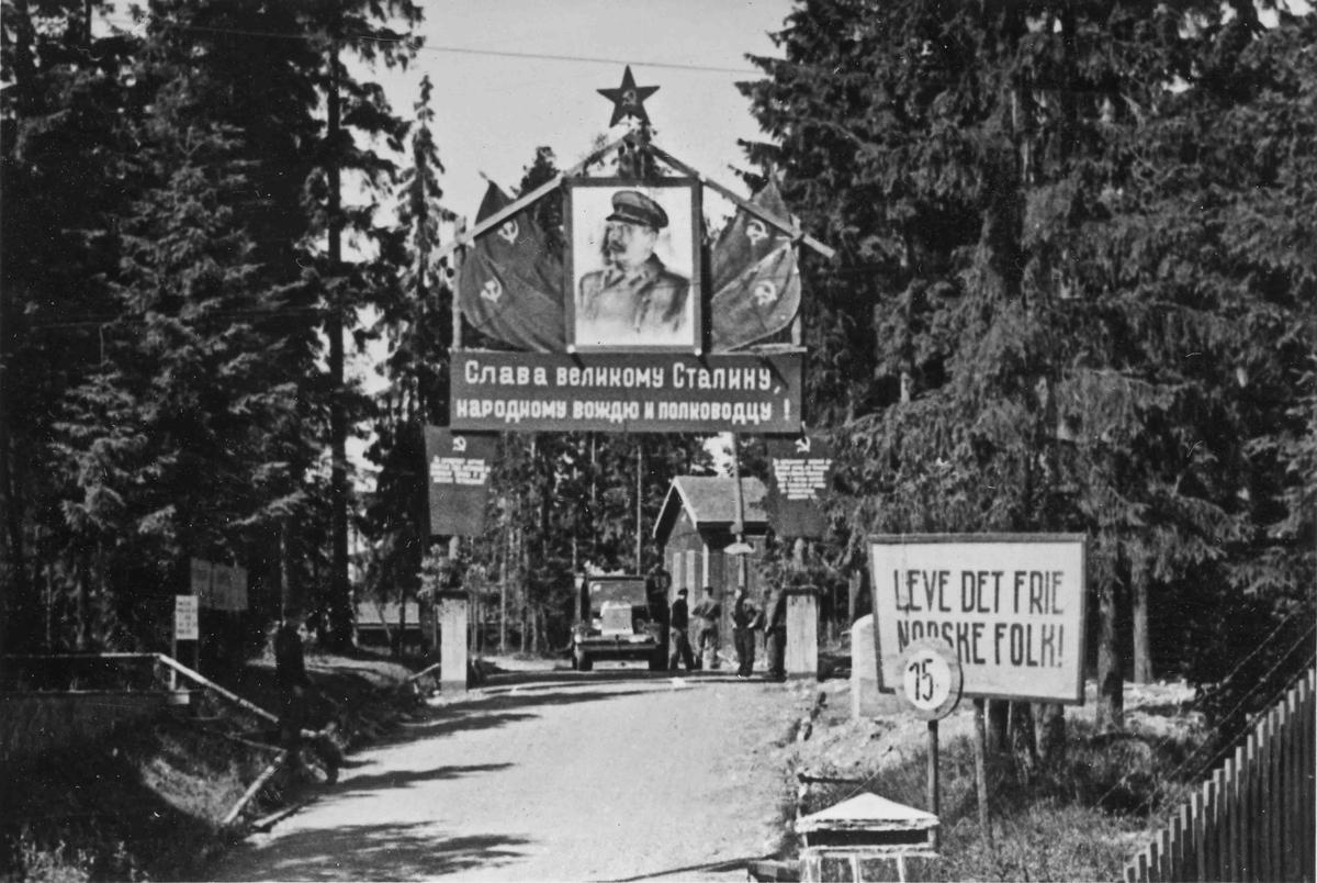 Fra en leir for russiske krigsfanger. Portal med bilde av Stalin, og tekst skrevet på russisk.