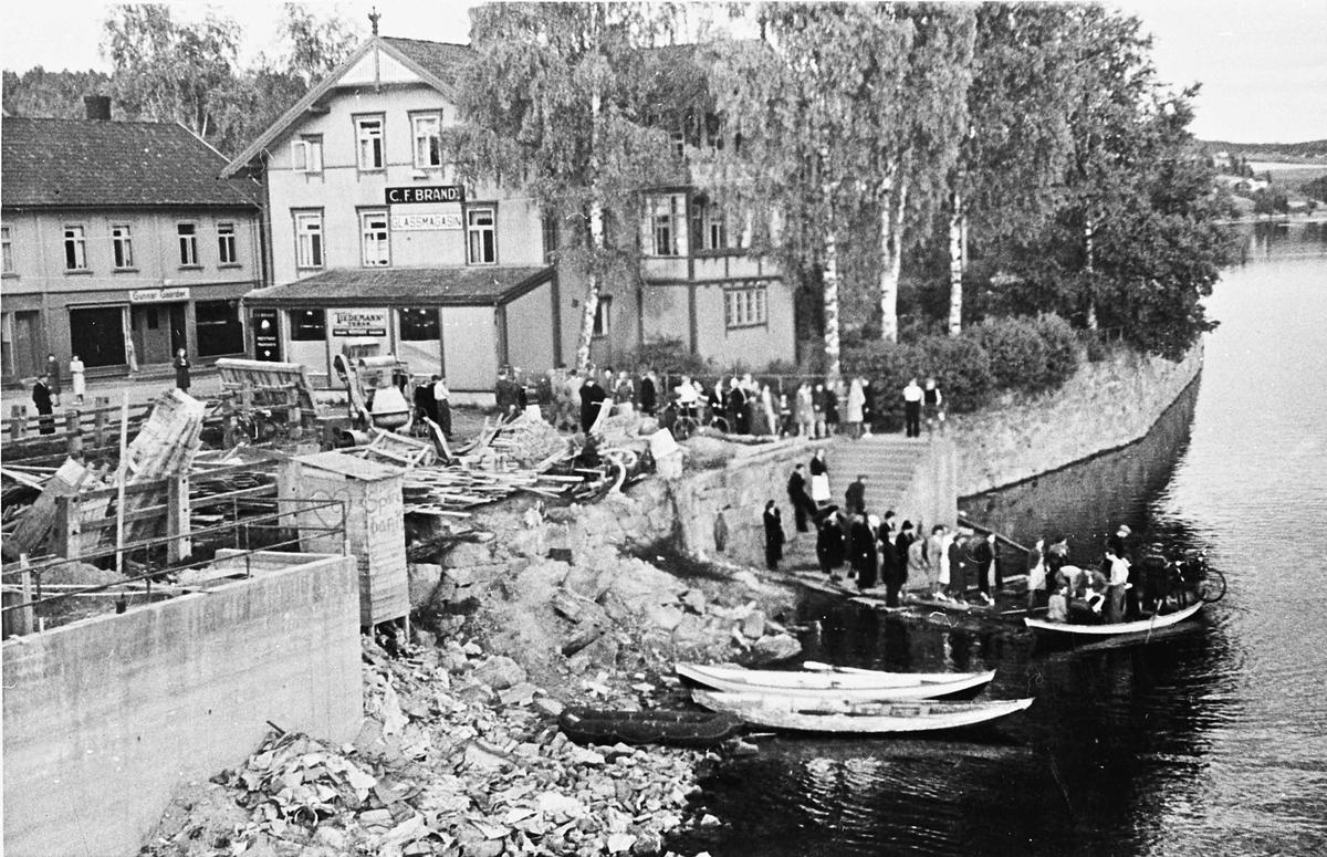 Sundet i aprildagene 1940. Det må båt til for å komme seg over Vorma fordi Sundbrua er sprengt.