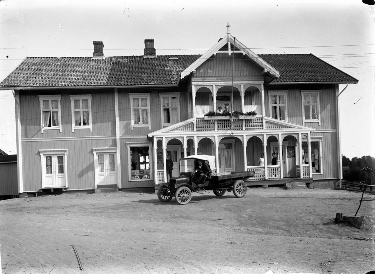 Jon B Aamodt landhandel med 20-30-talls bilmodell utenfor. Eidsvoll Verk