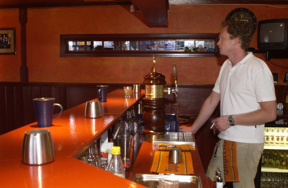 Bartender med sigarett Sveaborg Bar & Spisested