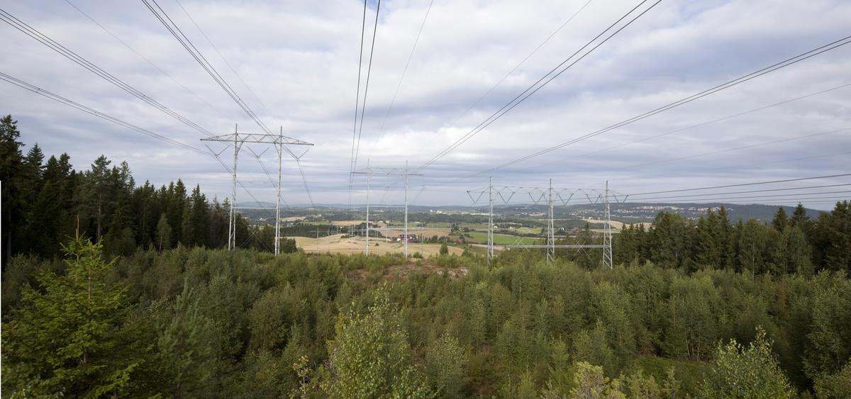 Høyspentmaster i Akershus. Høyspentmaster ved trafostasjonen ved Ausenfjellet. Fotografiet er tatt mot vest.