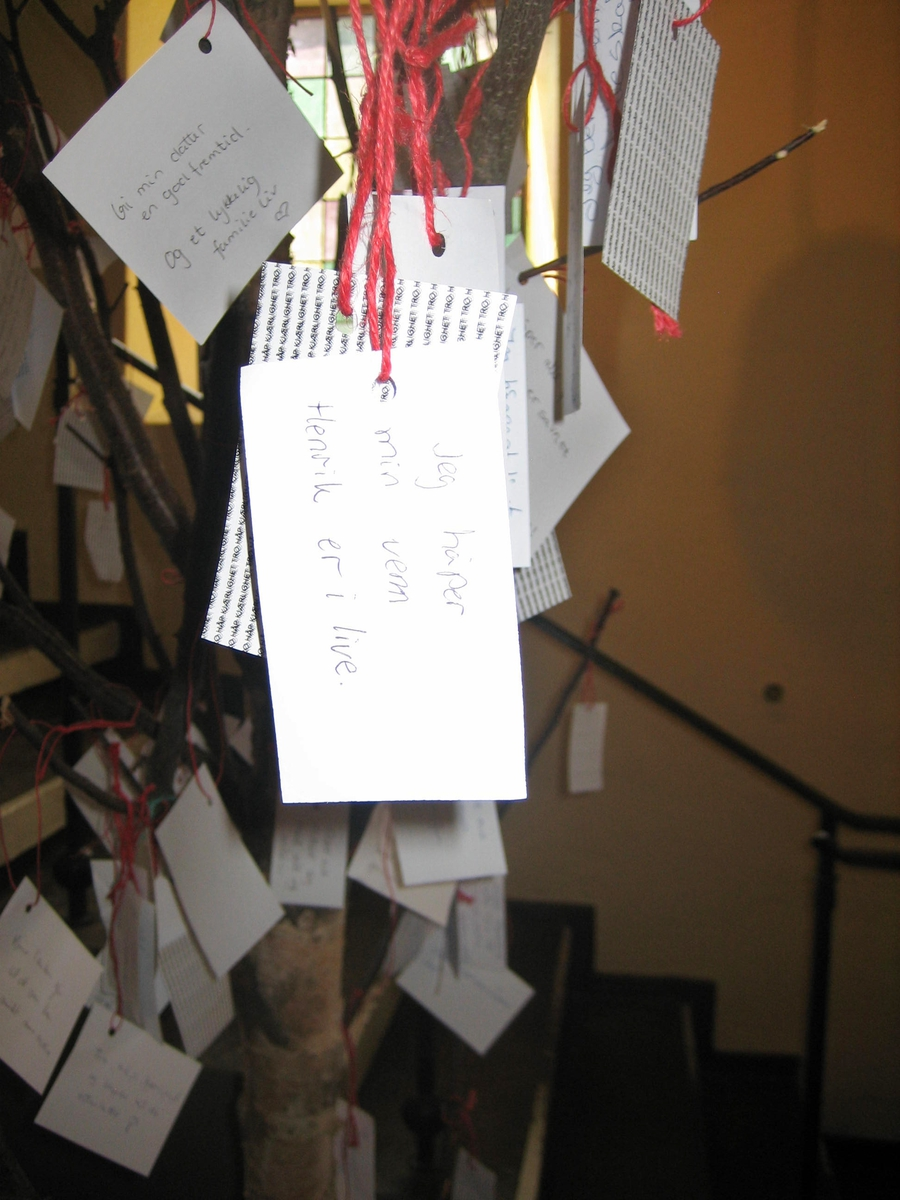 Minner etter terrorhandlingen den 22. juli 2011. Lillestrøm kirke var åpen for sørgende i uken etter terrorhandlingen. Håpstre i inngangspartiet til kirken. På håpstreet var det hengt kort med håp om at ungdommer hadde overlevd massakren på Utøya.