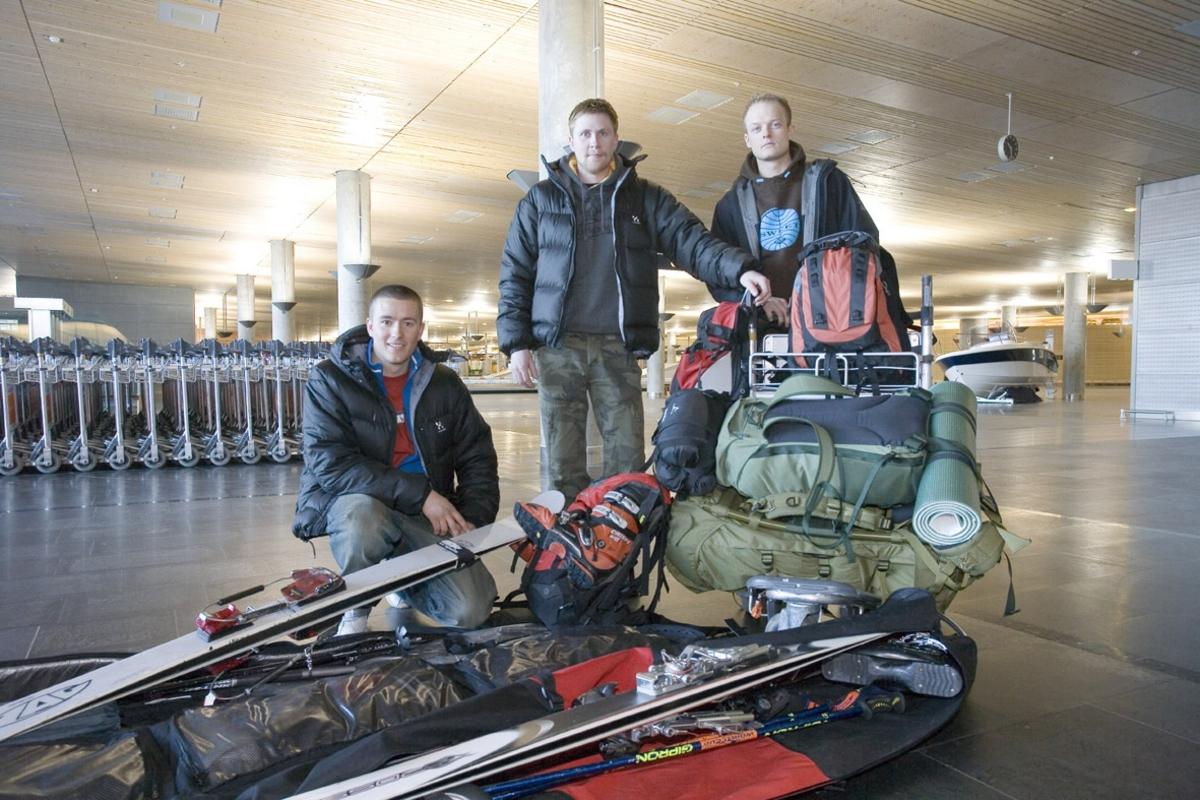 Vesker. Bagasjeutlevering innland. Tre unge menn med ski-bagasje til langhelg i skibakke. Fotodokumentasjon i forbindelse med dokumentasjonsprosjekt - Veskeprosjektet 2006 - ved Akershusmuseet/Ullensaker Museum.