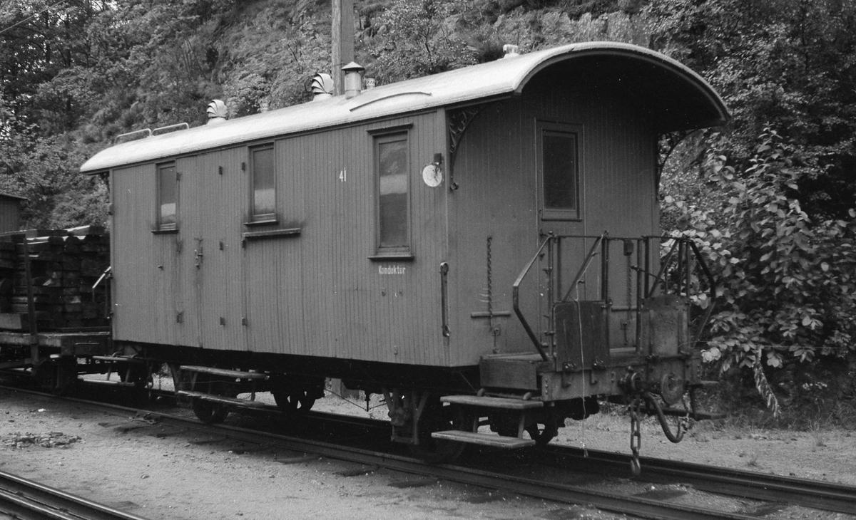Setesdalsbanens konduktørvogn F 41 på Grovane stasjon