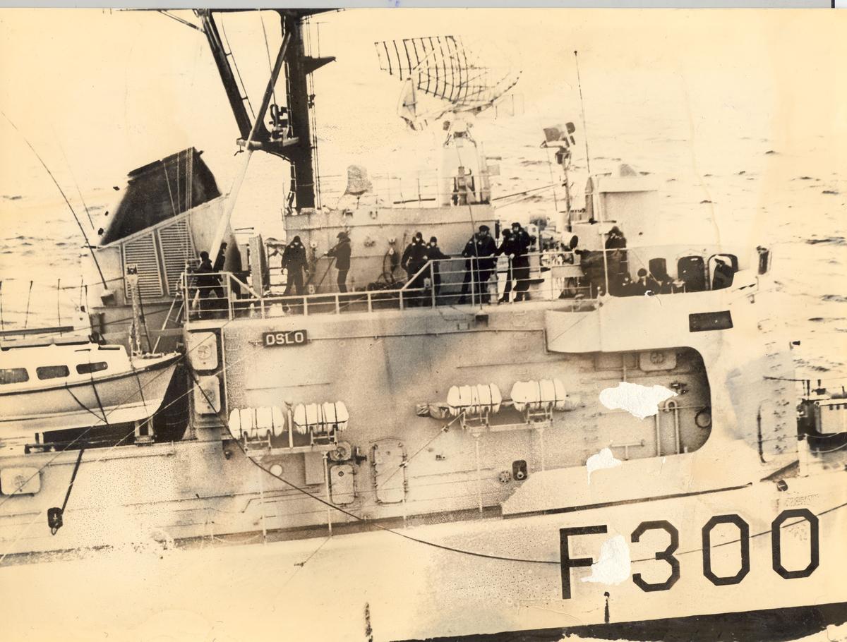Enkeltbilde. Fregatten KNM oslo, under øvesle med overføring i sjøen