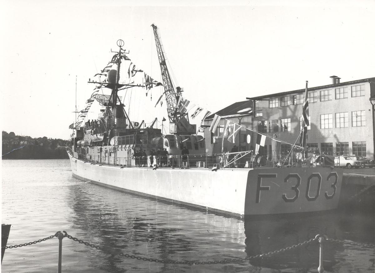 """Oslo-kl.fregatt KNM """"Stavanger"""". Bilder fra heisingen av kommando, 08/12 1967. Fartøyet babord side akter etter flaggheisingen."""