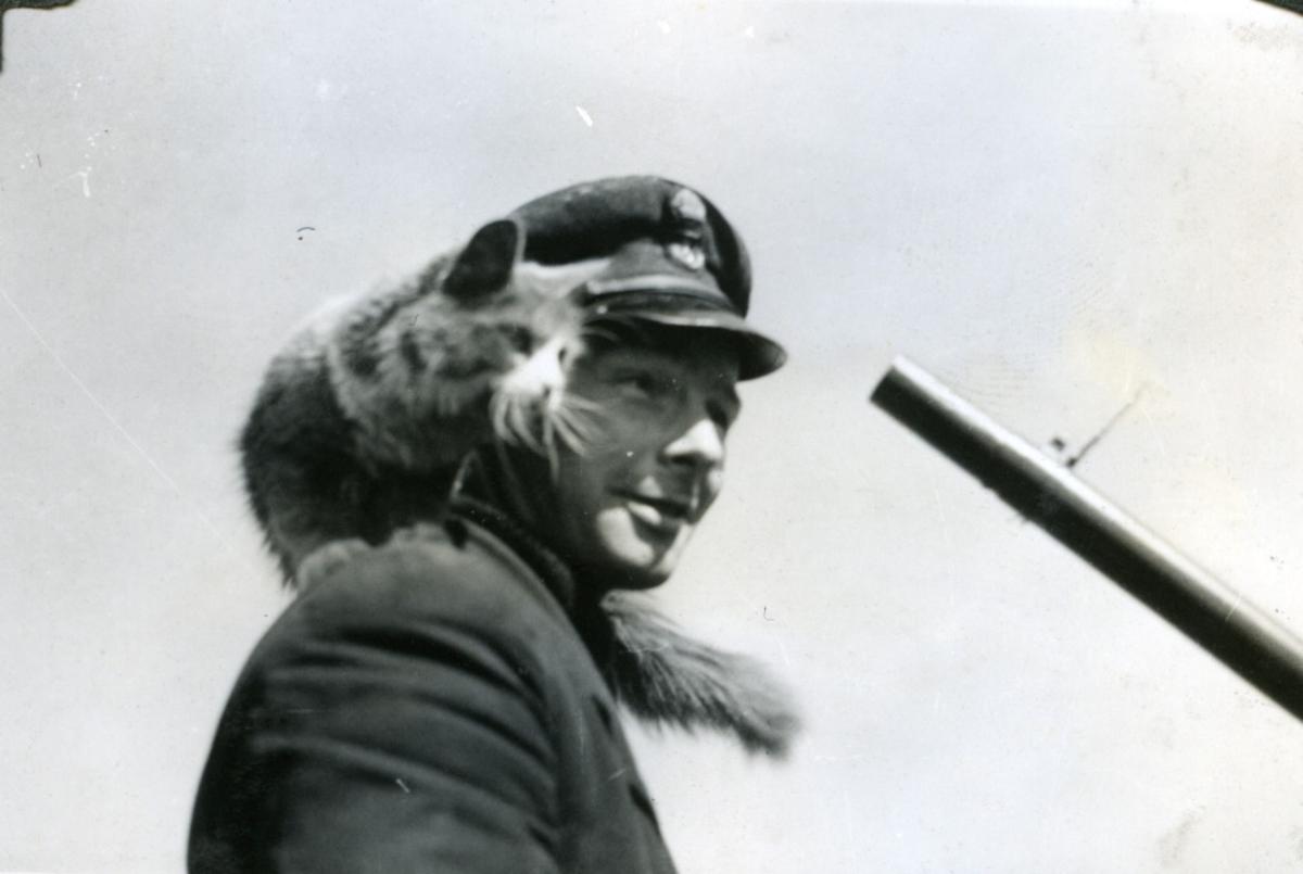 "Album Glaisdale H.Nor.M.S. ""Glaisdale"". Fotograf: Knutdzon. Kvartermester og skipskatten."