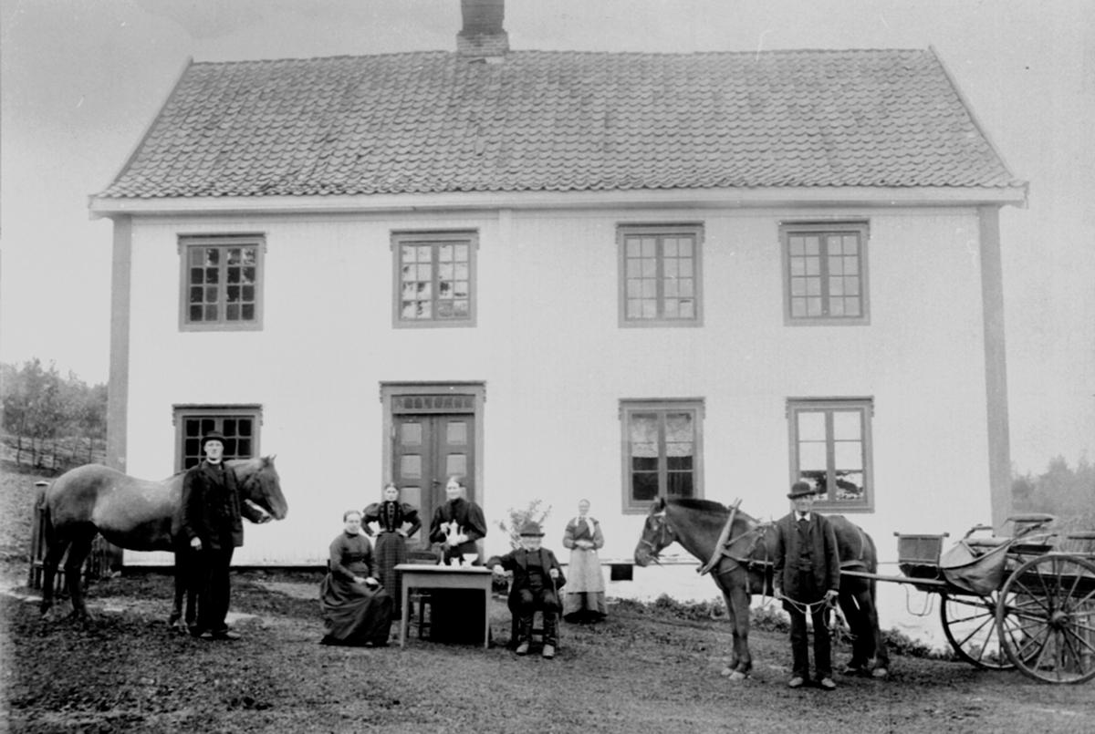 Eksteriør, Kylstad store (østre), 7 personer foran huset, Kylstad lille, hovedbygningen, Furnes, Ringsaker.