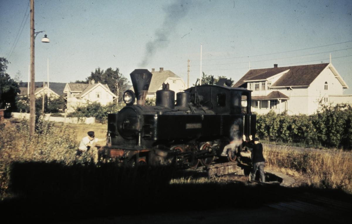 Lok 4 Setskogen snus på svingskiven på Sørumsand. Lokomotivet har ankommet med tog 2058 fra Bjørkelangen og skal returnere til Skulerud i tog 2051.