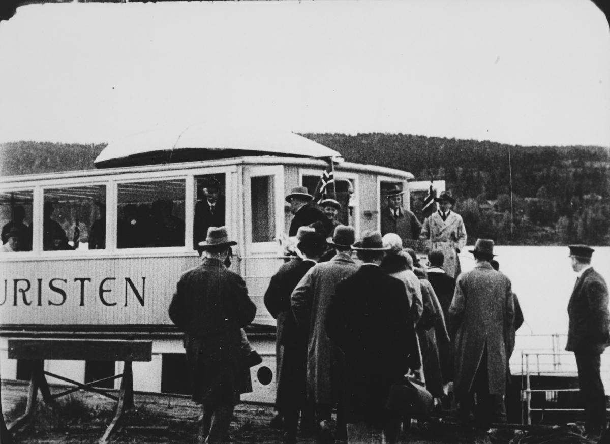 Ekstratog for pressen har ankommet med Tertitten til brygga på Skulerud og går ombord i D/S Turisten. Fra pressens befaring på Urskog-Hølandsbanen og Haldenkanalen 2.6.1927.