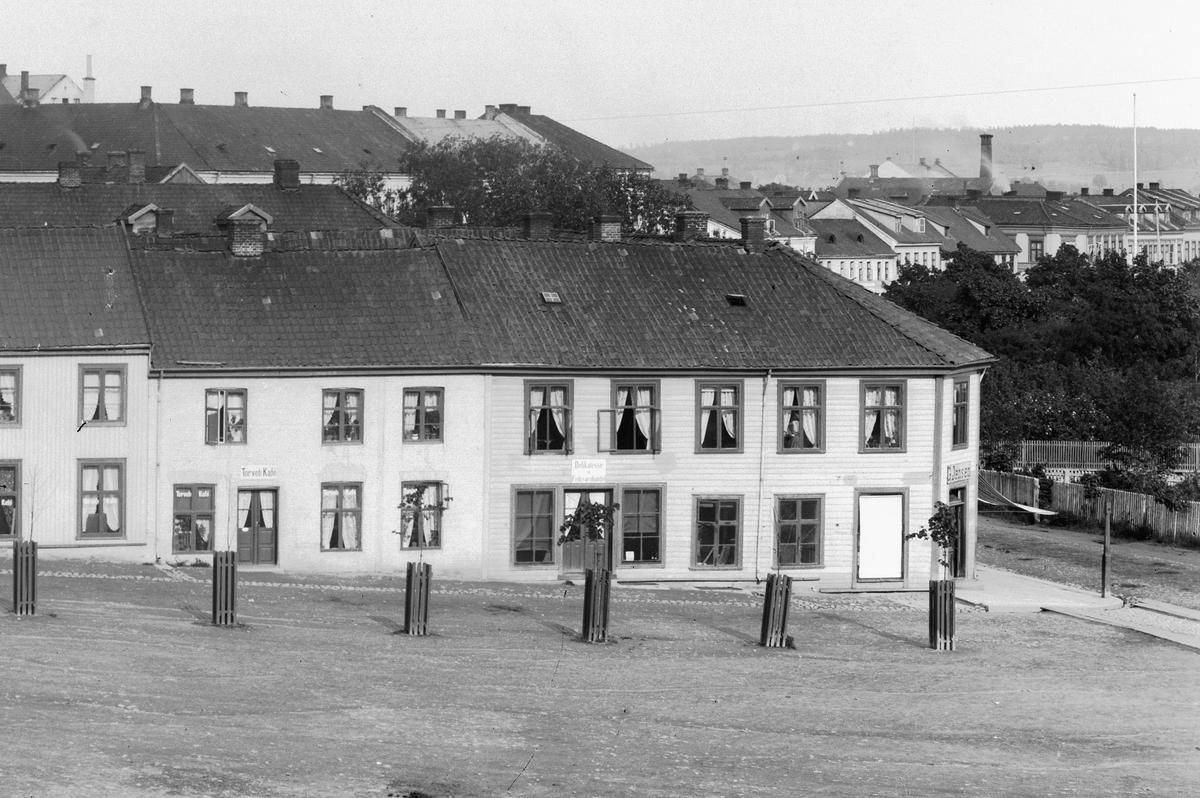 Bebyggelse ved Stortorget i Hamar. Torvet Kafe og G. Jensen Fødevare & Delikatesse.