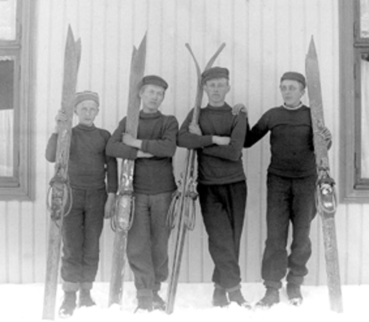 GRUPPE 4 GUTTER MED SKI, SKIBINDINGER. Ole Hjelt er avbildet helt til høyre i bildet.
