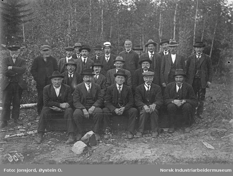 Forsamling eldre menn fra bygging av Dølehalle i 1919