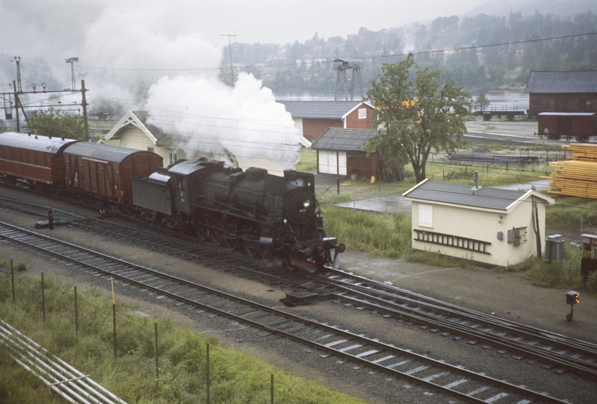 Godstog til Elverum via Solørbanen på vei ut fra Kongsvinger stasjon.