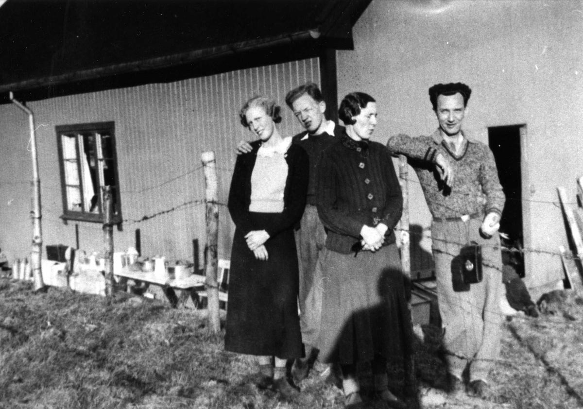 "Fire mennesker foran ""Primusen"" på Oslo Godtemplarungdomslags feriehjem Kirkevik, Nesodden, ca 1940"