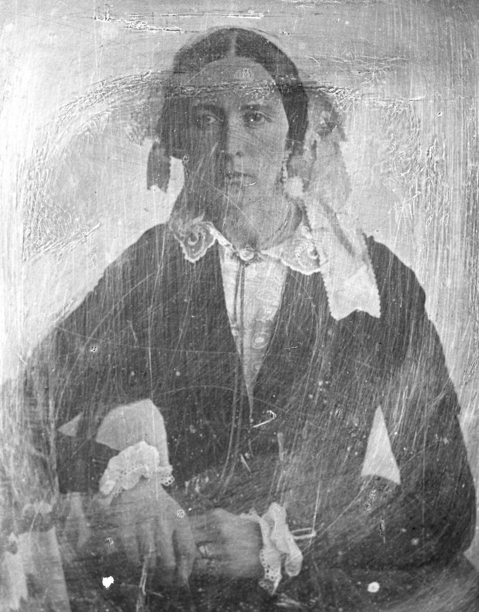 Avfotografering. Portrett, kvinne, fru Drude Cathrine Lampe (1817 -1917).  Originalfotografiet ser ut til å være en daguerreotypi, unikafotografi på metallplate.