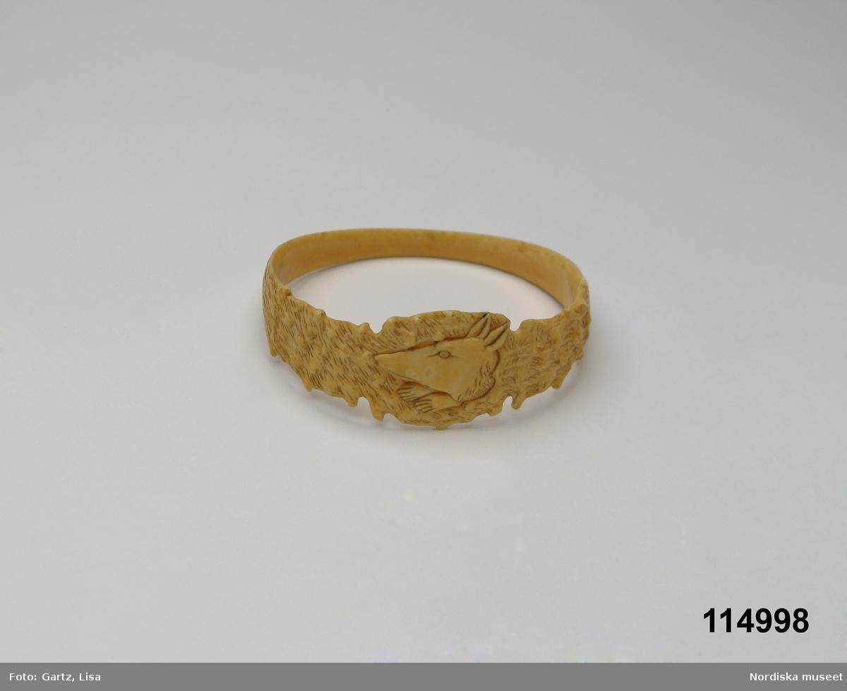 Materialet är elfenben enligt konservator Thea Winther 2010.