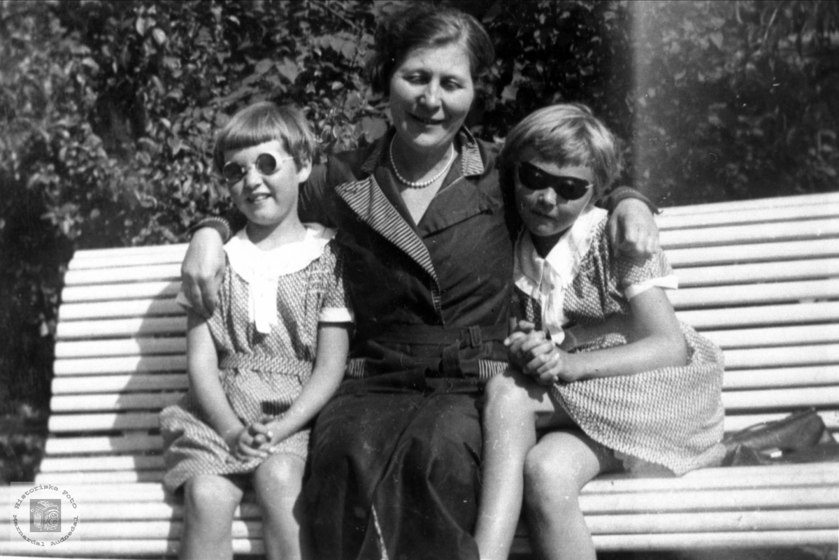 Portrett. Koselig i armkroken til tante Ragna Abelseth, Bjelland.