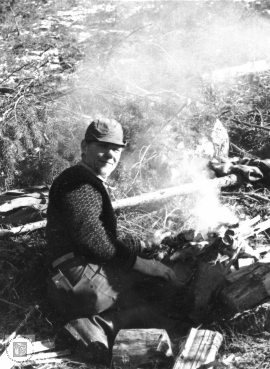 Bålet blir gjort i stand til matøkta under skogsarbeidet på Foss i Bjelland.