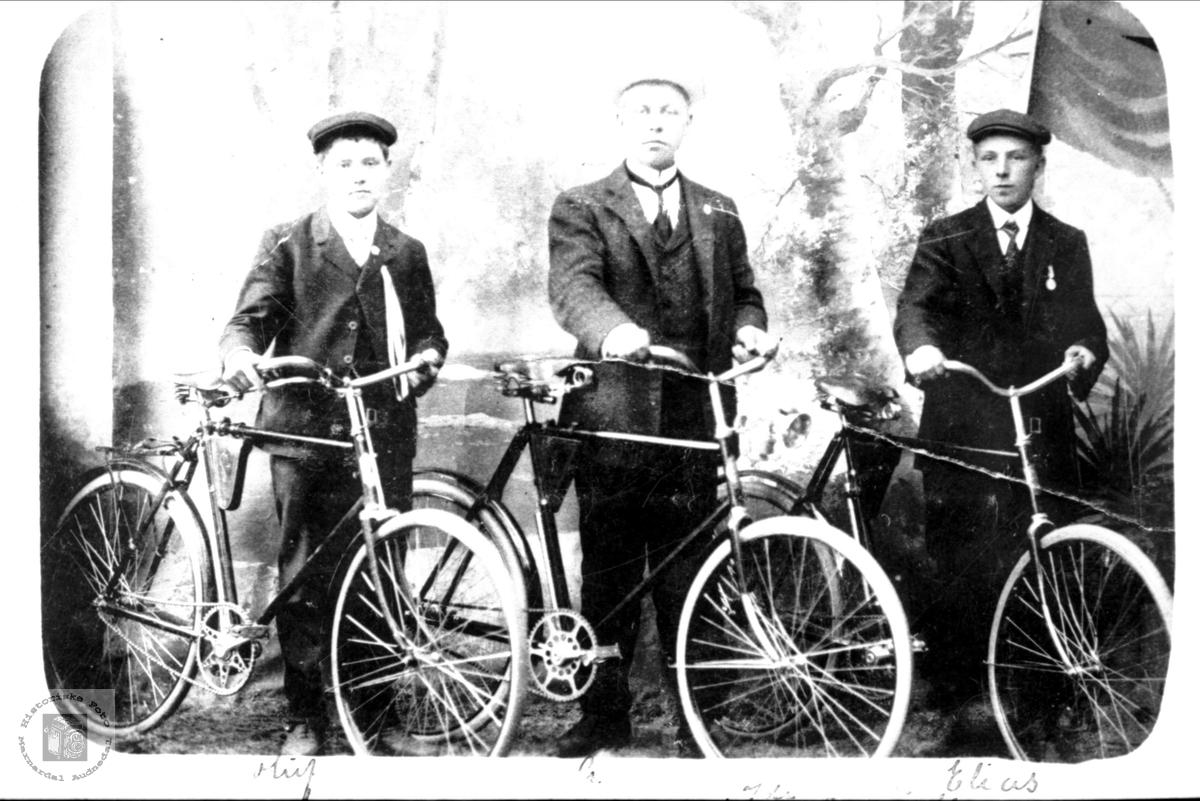 Portrett av stolte gutter fra Bjelland med nye sykler!