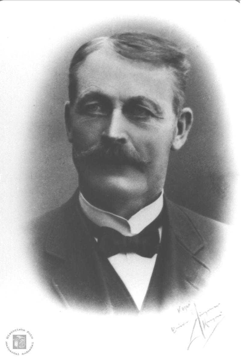 Portrett av Knut Tveit med etterslekt på Øyslebø.