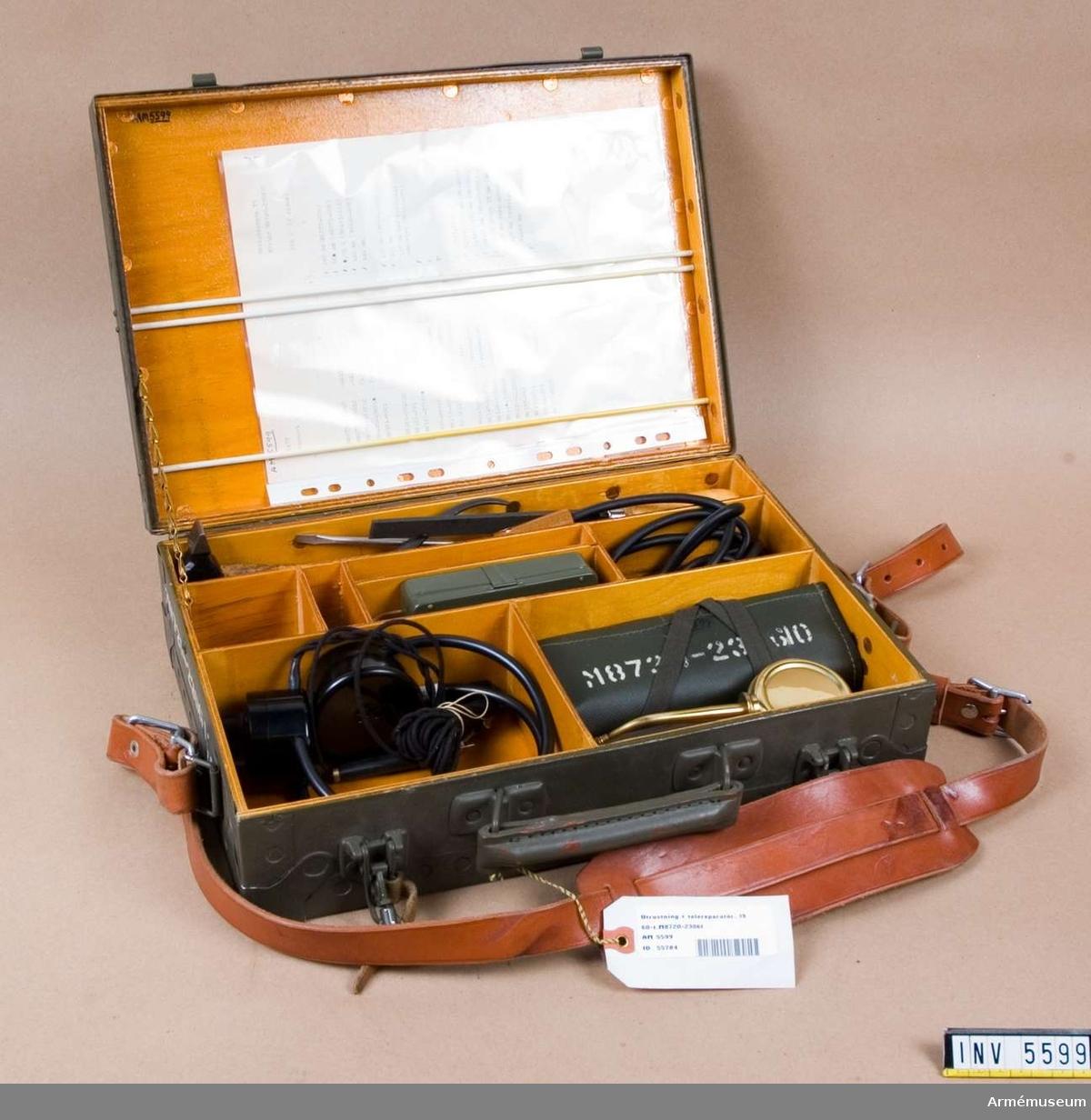 Består av: 1 väska av trä m bärrem av läder, 1 st satskort, 1 fil, ansatsfil, 1 ficklampa JEAB Tc 87095, 1 hammare, 1 hörtelefon Ericsson Tc 25202, 1 slidkniv, 1 lödpenna Adcola-Cadet England, 1 lödspets, 1 skruvmejsel, 1 nålfilsetui (Öberg), 9 nålfilar, 1 oljekanna, 1 pensel, 1 trådskrapa, 1 flacktång, 1 nåltång, 1 verktygsbindel (väv-galon), 1 fjäderbockare, 5 krokodilklämmor, 3 skruvmejslar, 1 vinkelskruvmejsel, 1 skiftnyckel, 2 pincetter, 1 polerstål, 1 spetskrok.
