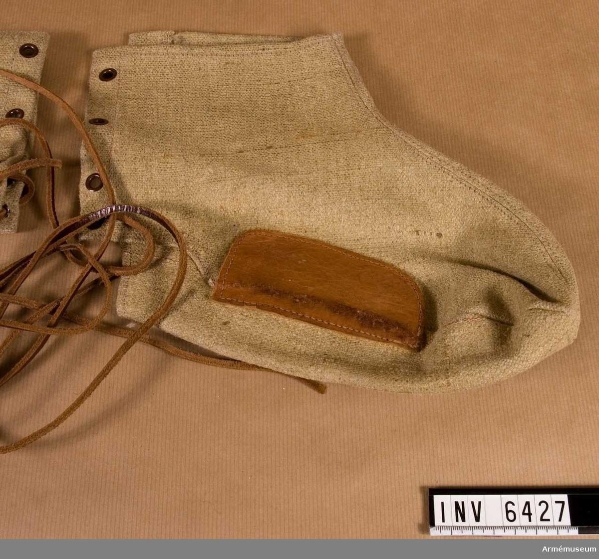 Fodral av smärting. Stl 44. Att sätta utanpå skodon som skydd mot otjänlig  väderlek. Ihopsnöres baktill genom fyra öljetterade hål med snören av läder. På sulans yttersidor extra förstärkning av läder.  Samhörande nr är AM.6407-6443 (6426-6427)