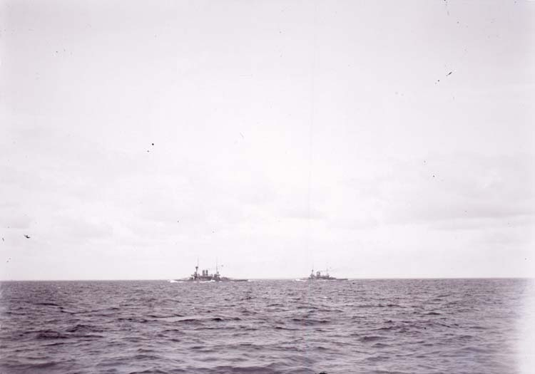 "Enligt text som medföljde bilden: ""Östersjön. ""Oden"" o. ""Thor"" under forcering 4/9 1900."""