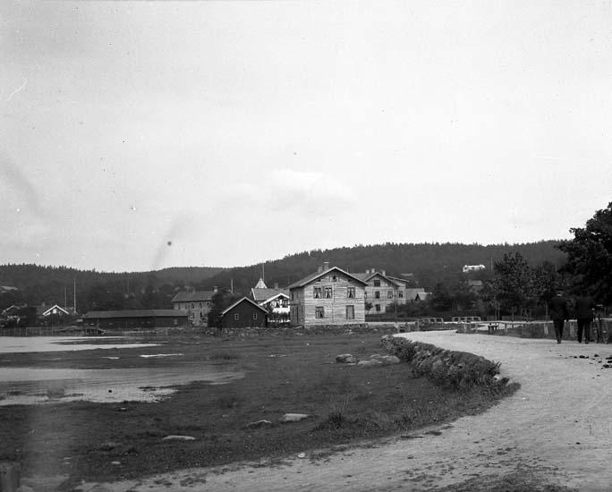 """Enligt text som medföljde bilden: """"Inåt landet. Ljungskile 1906."""""""