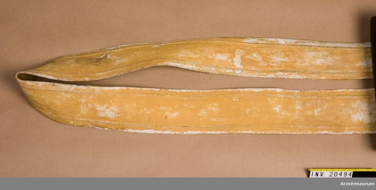 Grupp C II. För Gardets grenadjärer vid Gardets infanterireg, Ryssland. 1802. Av vitt läder (lossin skinn) med pressad kant. På ändarna två smala remmar med vilka remmen fästes vid patronväskas spännen.