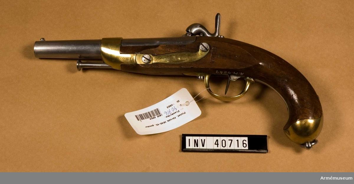 Grupp E III. Pistol med slaglås fm/1840-1845 från pistol med flintlås m/1822 för gendarmeriet, Frankrike.Loppets rel. längd: 10 kal. Beslag av mässing med laddstock av järn. På kammarstycket står: S: 1822 C.de 17,6 samt på dess motsvarande sida 1822. På svansskruven M re 1822 J. På kolven bakom sidblecket Tulle. På låsblecket en stämpel, som ser ut ungefär som en cirkel med en stjärna på ett C inuti samt texten: Mre Rle de S:t Etienne.