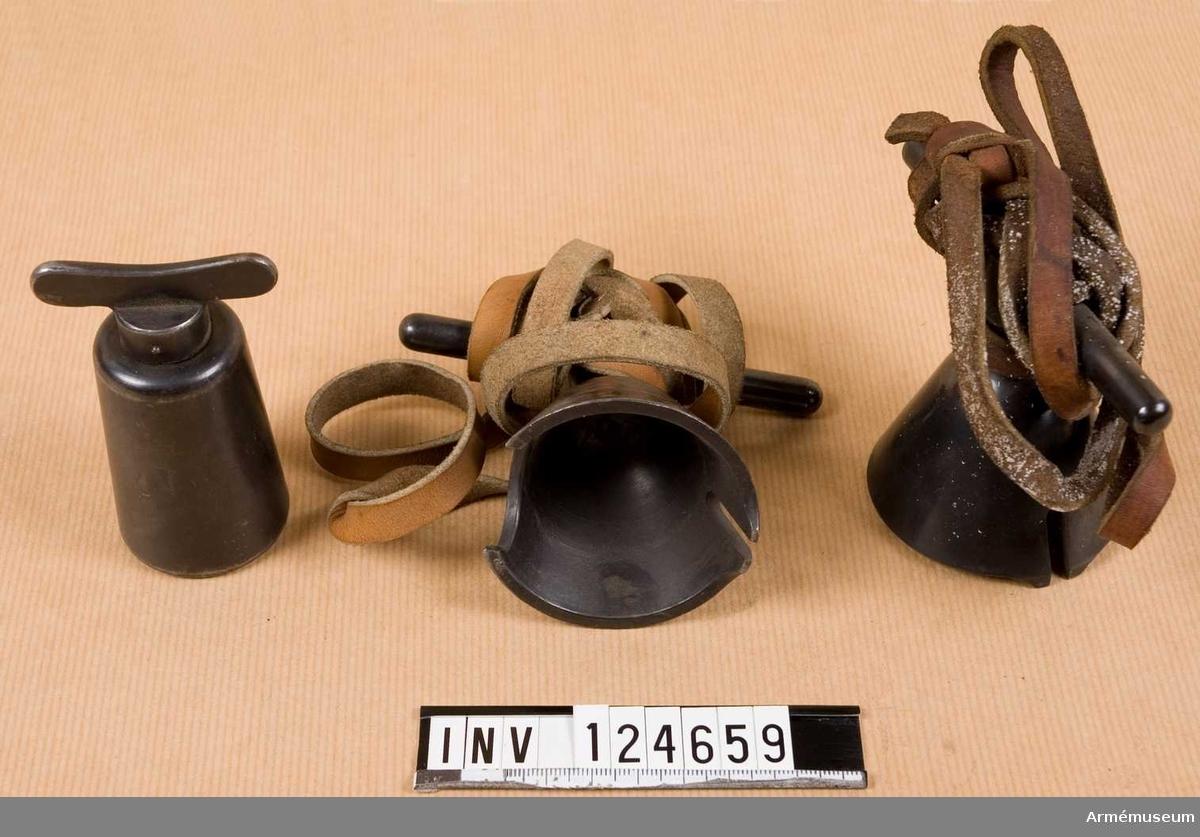 Tre stycken temperingsnycklar, varav två med läderremmar likadana.  Läderremmarna är gisningsvis utsatta för fettutslag. /2006-11-13 EW