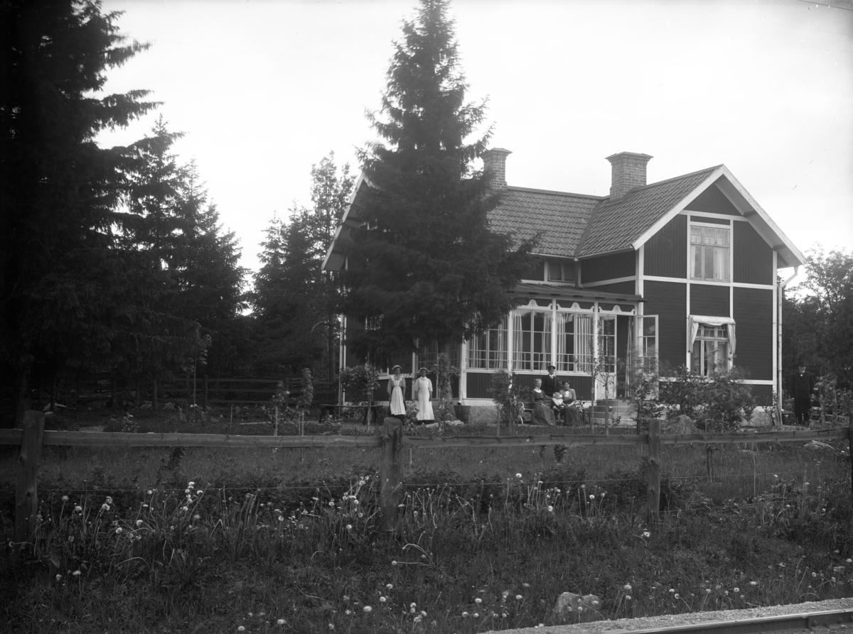 Bergman/Enwalls villa, Stora Vägen 19, Fjärdhundra, Simtuna socken, Uppland, vy från öster, troligen omkring 1910.