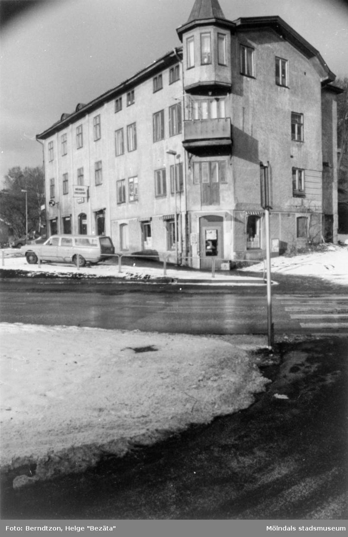 Byggnad vid Trädgårdsgatan utanför Papyrus port, 1980-tal. I huset fanns Rasmussons speceriaffär och där bodde Dr Malmström. Huset revs i juni 1987.