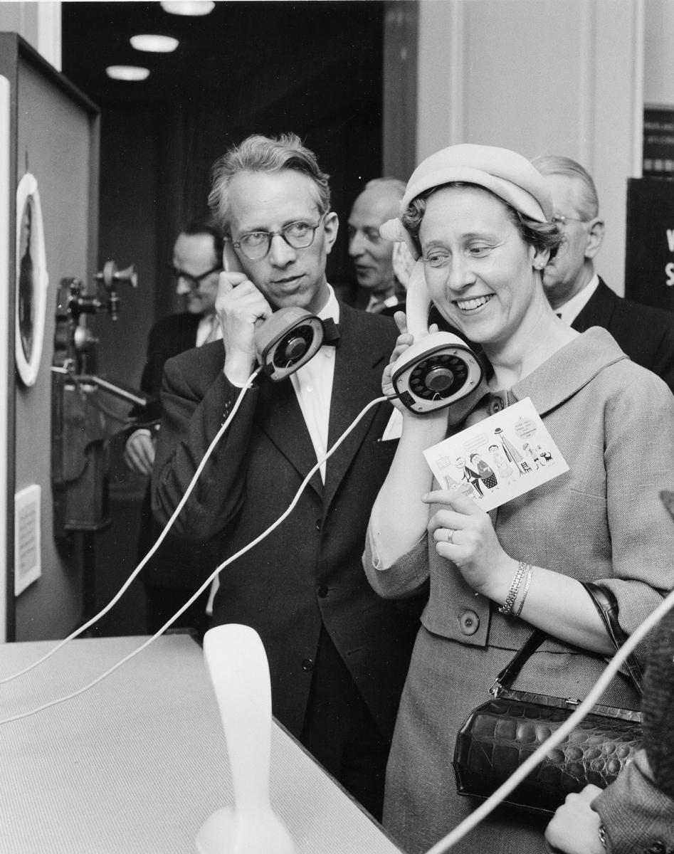 Fru Inga Ålsäter, Centrala Före-tagsnämnden, tycker att de moderna ericofonerna är både vackra och roliga.