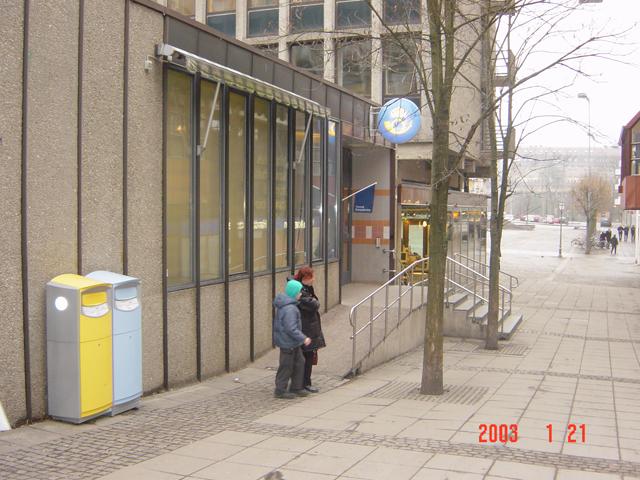 """På samma adress finns också Svensk Kassaservice. I de blå brevlådorna läggs """"lokalpost"""" (försändelser inom det lokala postnummerområdet). I gula brevlådor läggs försändelser till övriga postnummerområden och till utlandet."""