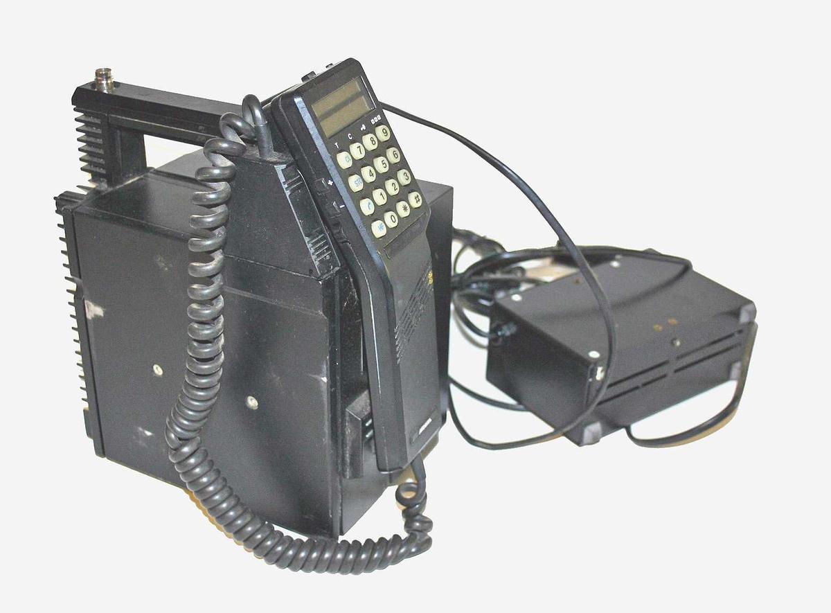 Mobiltelefon med batteri og ladar