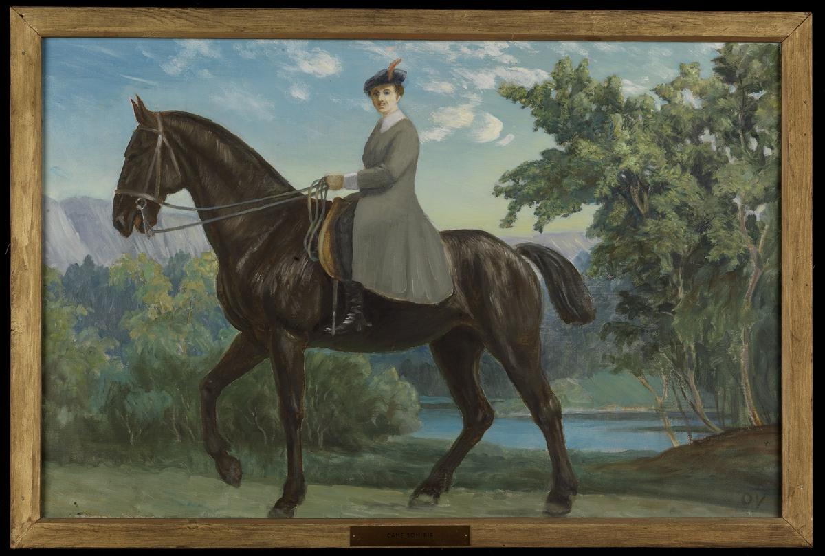 Brunsvart hest m. rytterske i grå frakk; landskap m. grønne trær, blått vann