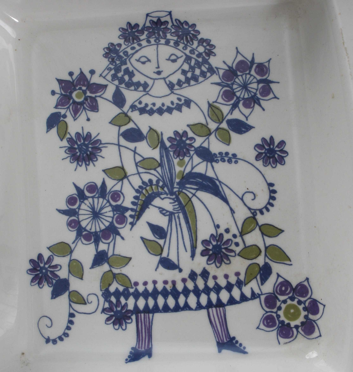 Stående dame ikledd kjole og hatt, holder stor blomsterbukett i hendene.