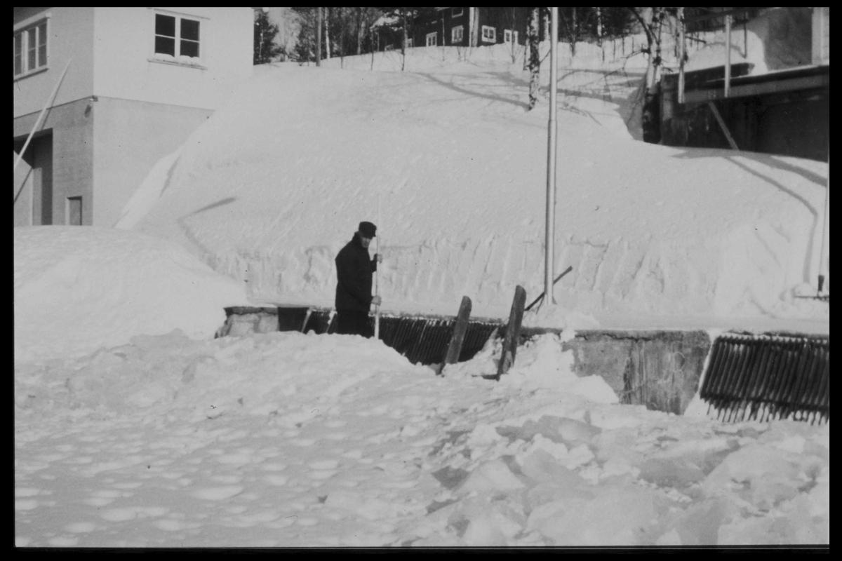 Arendal Fossekompani i begynnelsen av 1900-tallet CD merket 0469, Bilde: 29 Sted: Haugsjå Beskrivelse: Trygve Skotkjerr måker snø på demningen