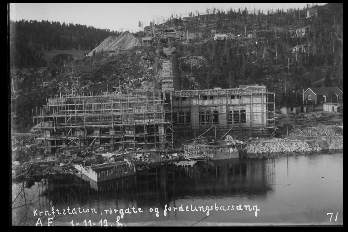 Arendal Fossekompani i begynnelsen av 1900-tallet CD merket 0469, Bilde: 53 Sted: Bøylefoss Beskrivelse: Kraftstasjon, rørgate og basseng. Sett fra Fossberg
