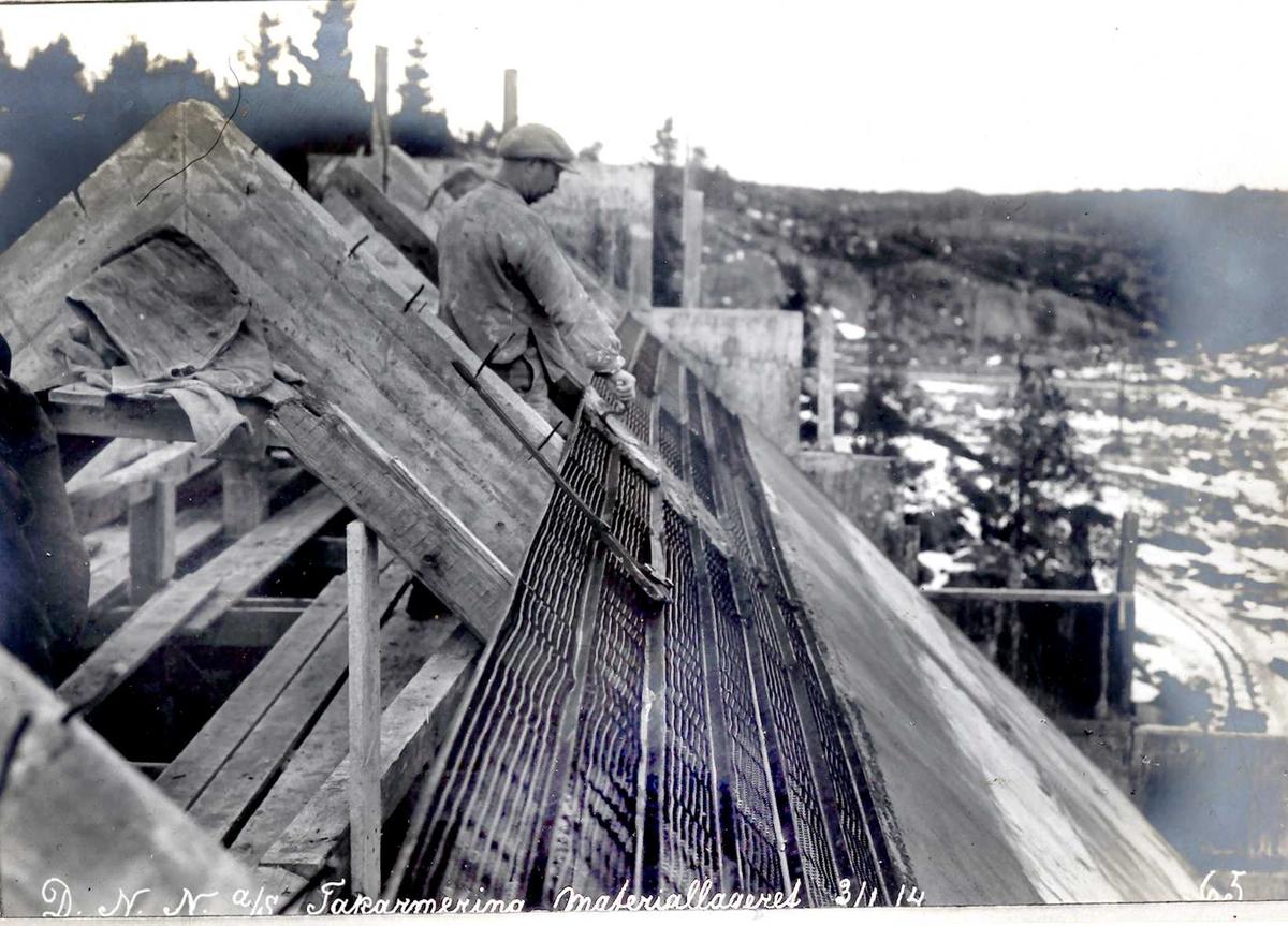 """""""03/01-1914"""" Nitriden, forskaling og armering av takkonstruksjoner for bygning for materiallager, verksteder og kontorer. Fabrikktomten til høyre."""