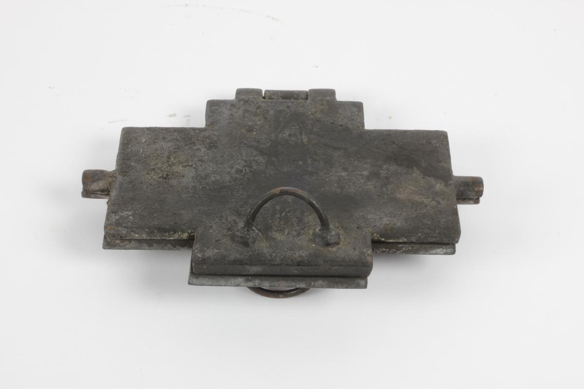 Grorjern, for bruk på svartovn. Består av to deler: Gorojern (A) og stativ/ ring (B) som plasseres i varmehullet på vedovnen.
