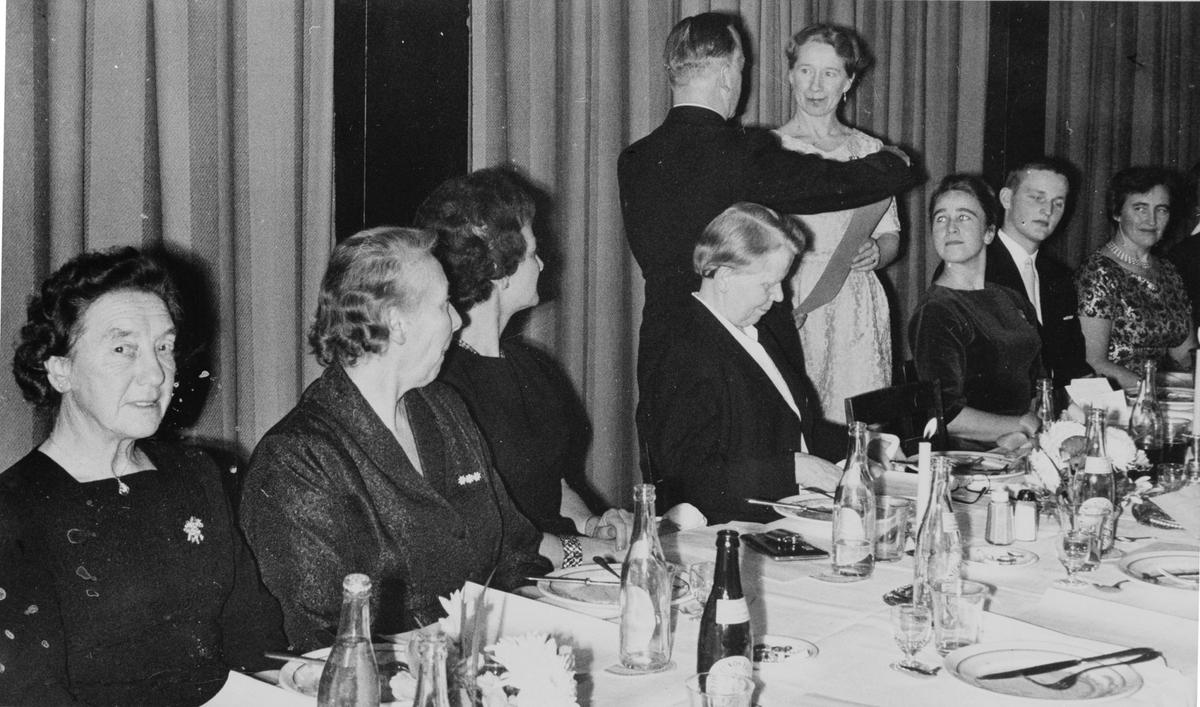 Titti Dilling Larsen utnevnes til Ås turnforenings første æresmedlem til h. Ingerid Granly, til v, Borgny Jensen.