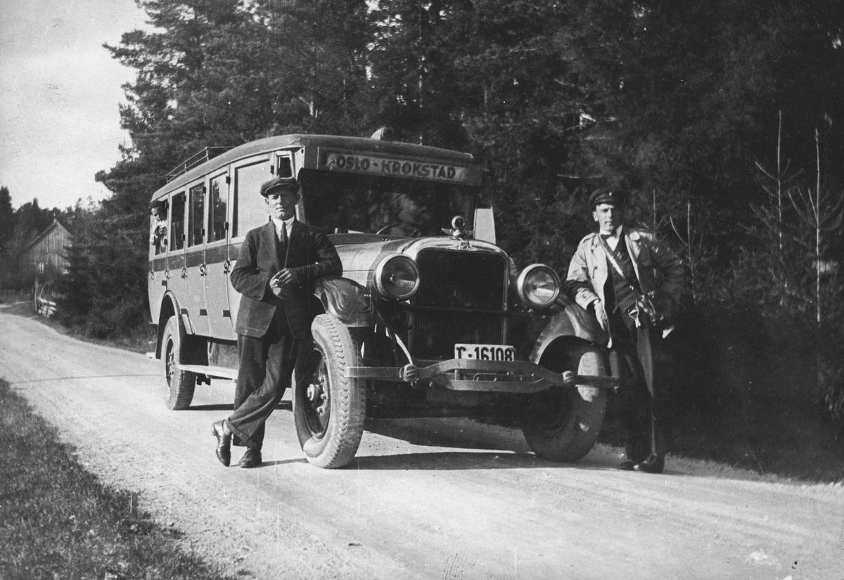 Rutebussen Oslo - Oppegård - Kråkstad. To menn utenfor bussen, den ene er sjåføren.