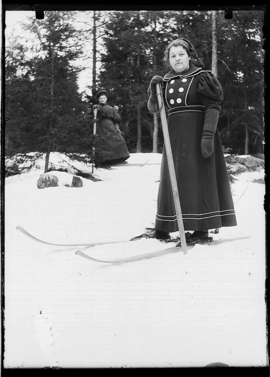 På ski med en stav.