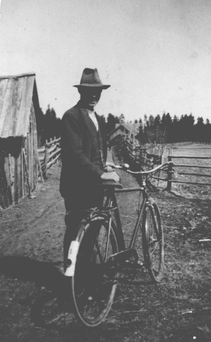 Syklist på veg med gjerder.