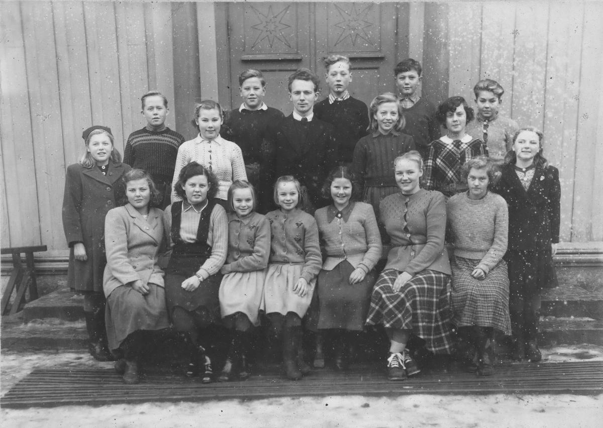 Øvredalen folkeskole i Gansdalen i Fet, 1950. Avgangsklassen fotografert etter sju år på skolen.