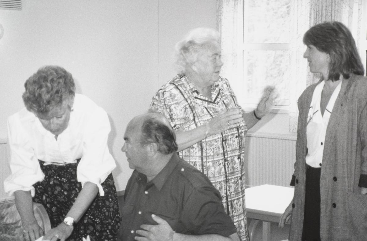 Møte Besøk av statsråd Borgen Tre damer og en mann i samtale
