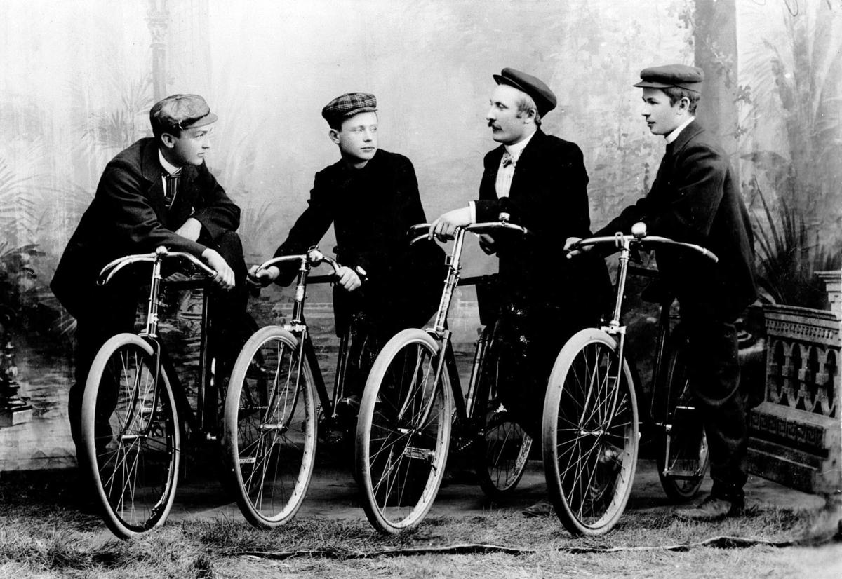 4 menn med sykler